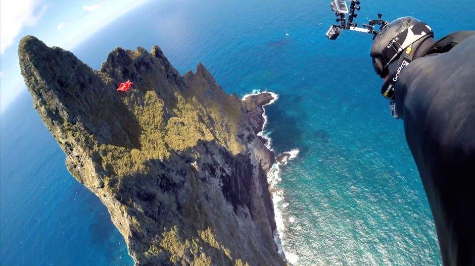 Jeb Corliss und Luigi Cani fliegen mit Wingsuits über Ball's Pyramid in Australien