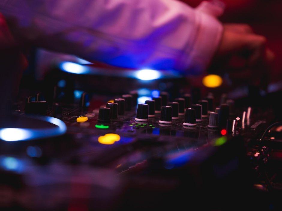 Nissan-Red-Bull-Schwalbenschwanz-DJ-Pioneer