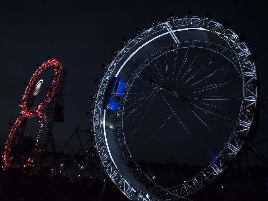 Jaguar F-PACE Looping Frankfurt Reveal IAA 2015 Nacht Stunt
