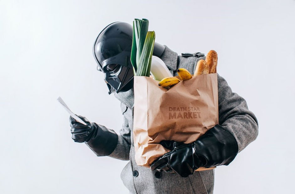 The Daily Life of Darth Vader Pawl Kadysz Grocery Shopping Einkaufstüte Gemüse Lauch Brot Baguette Smartphone Sith Lord Star Wars Fotoserie Fotograf schwarze Handschuhe Maske