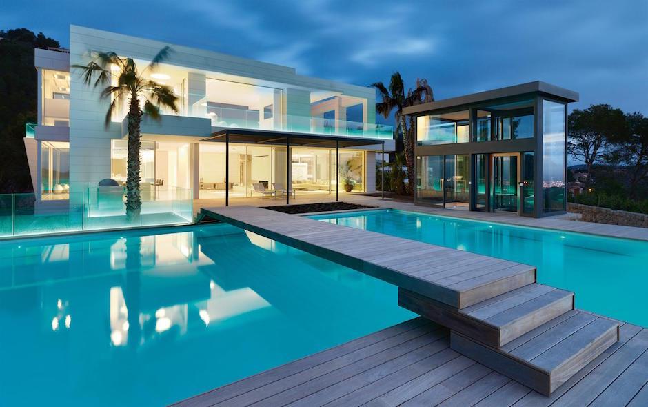 Chameleon-Villa Son Vida Mallorca Pool Nacht Palme Brücke Holz Minimalismus Architektur