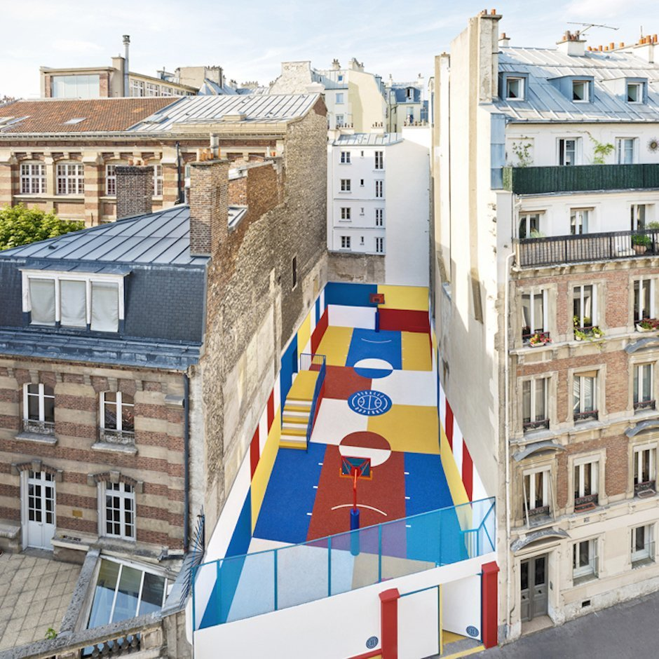 Bunt Basketball Platz Paris Pigalle Paris Häuserblock Hinterhof