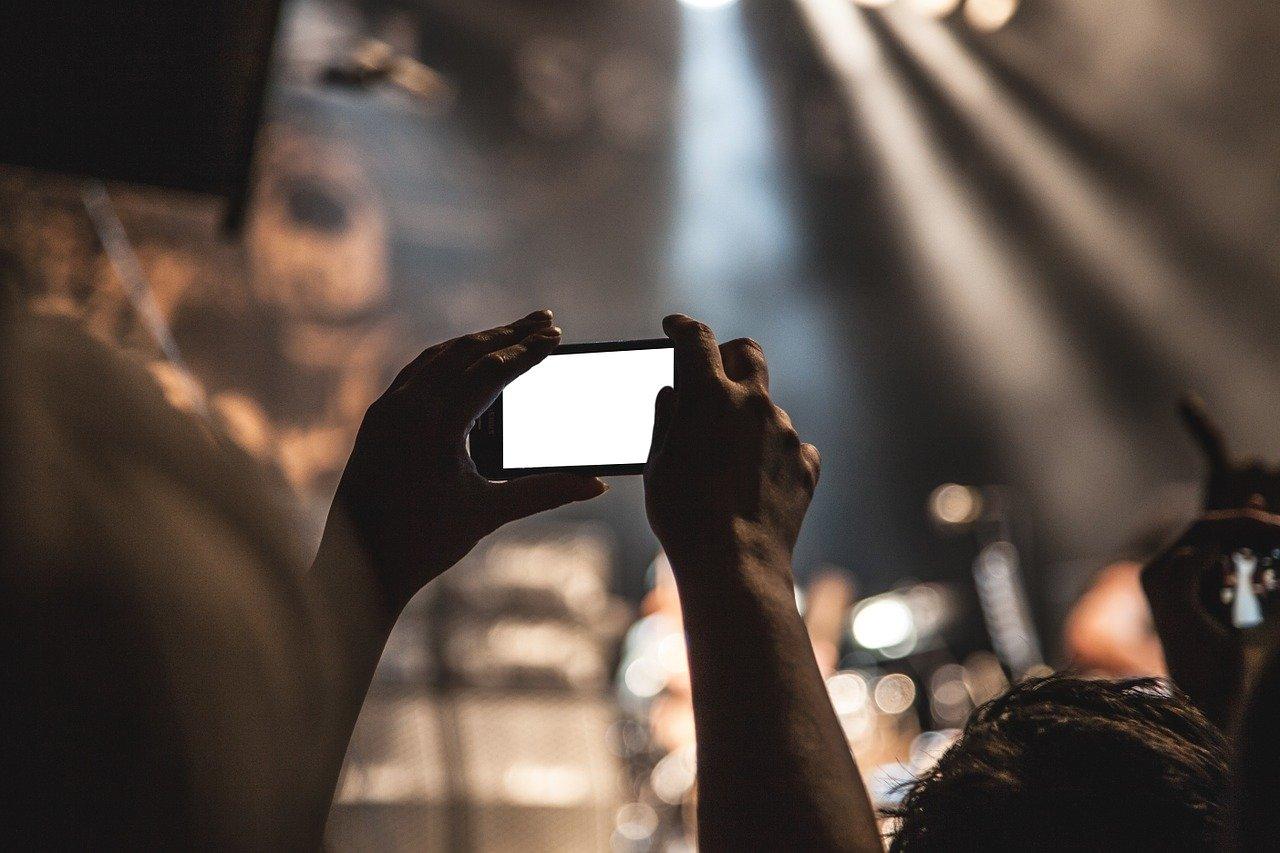 Jugendwort des Jahres 2015 ist Smombie – legt das Handy weg