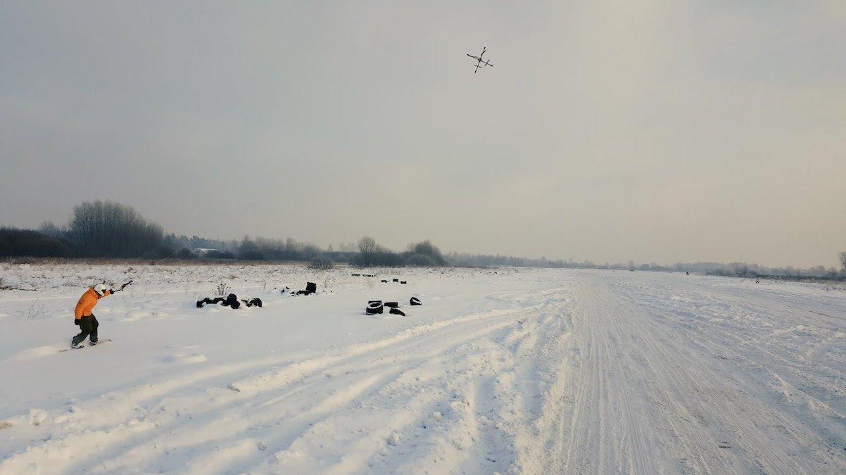 Neue Trendsportart Droneboarding macht Snowboarden auf flachem Land möglich