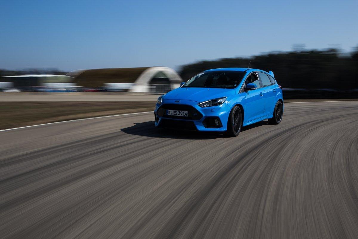 2016 Ford Focus RS Rennstrecke Driving Fahraufnahme Kurve Front LED Licht blau Racing