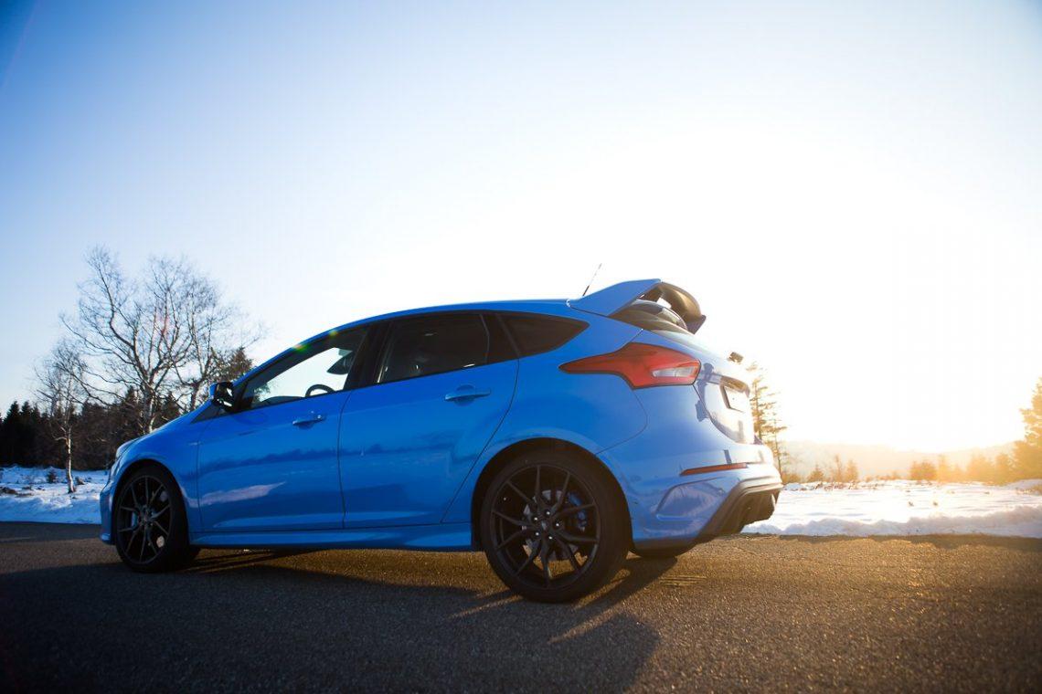 Ford Focus RS 3/4 Profil Sonnenuntergang Heck blau