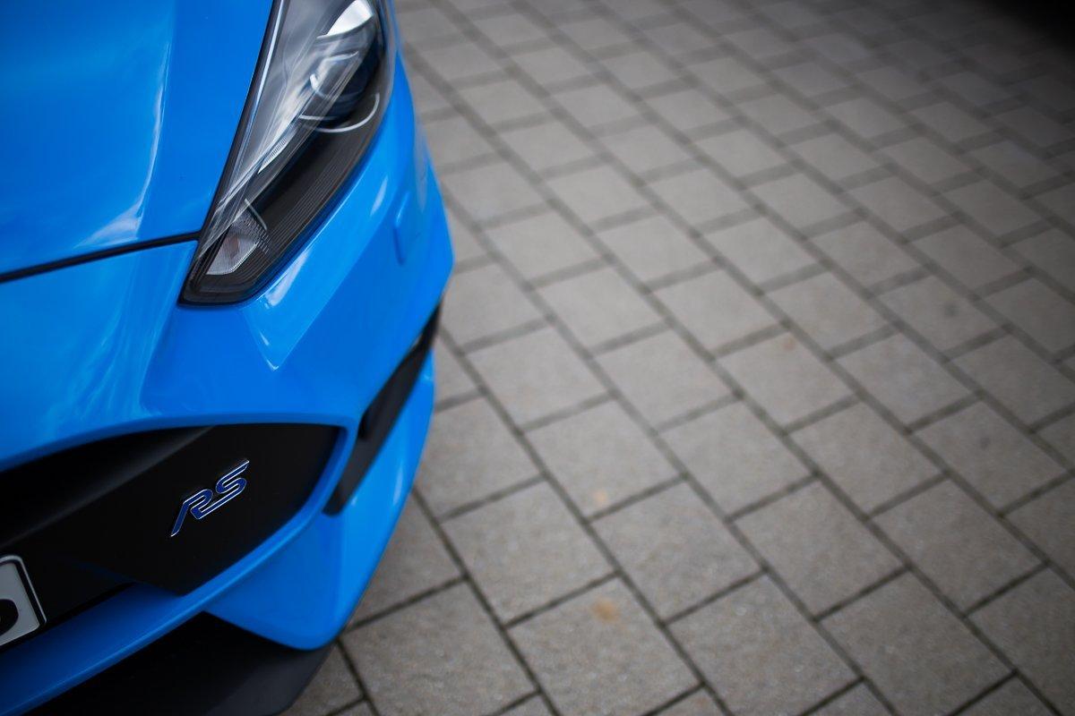 Ford Focus RS Xenon Scheinwerfer RS Emblem Kühlergrill blau