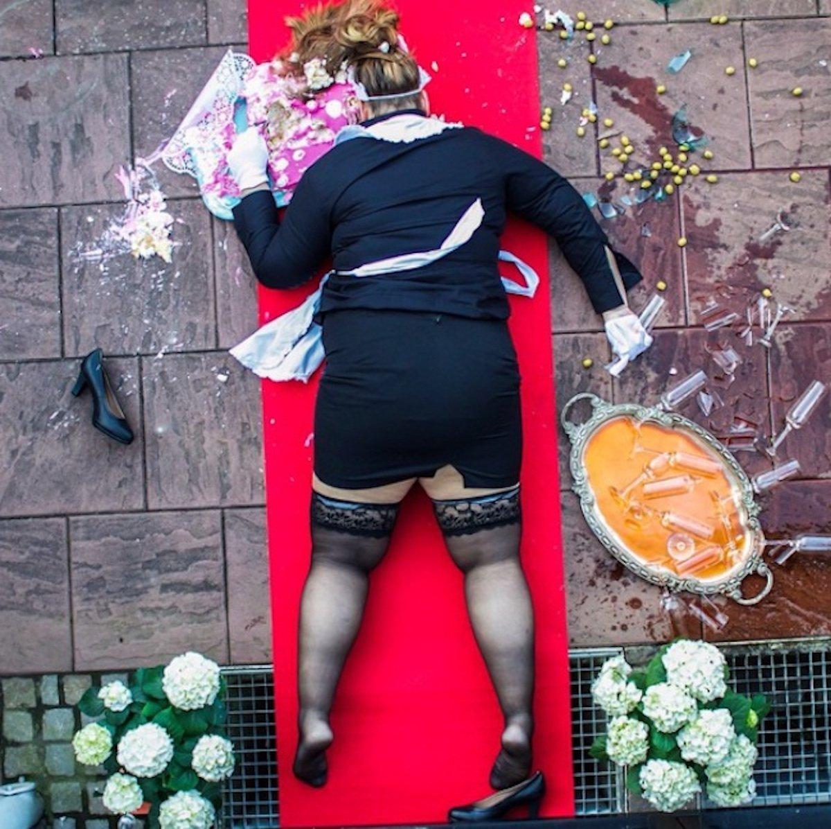 sandro giordano in extremis stolpern hausfrau housemaid sekt kuchen cake glas scherben roter teppich dick fett
