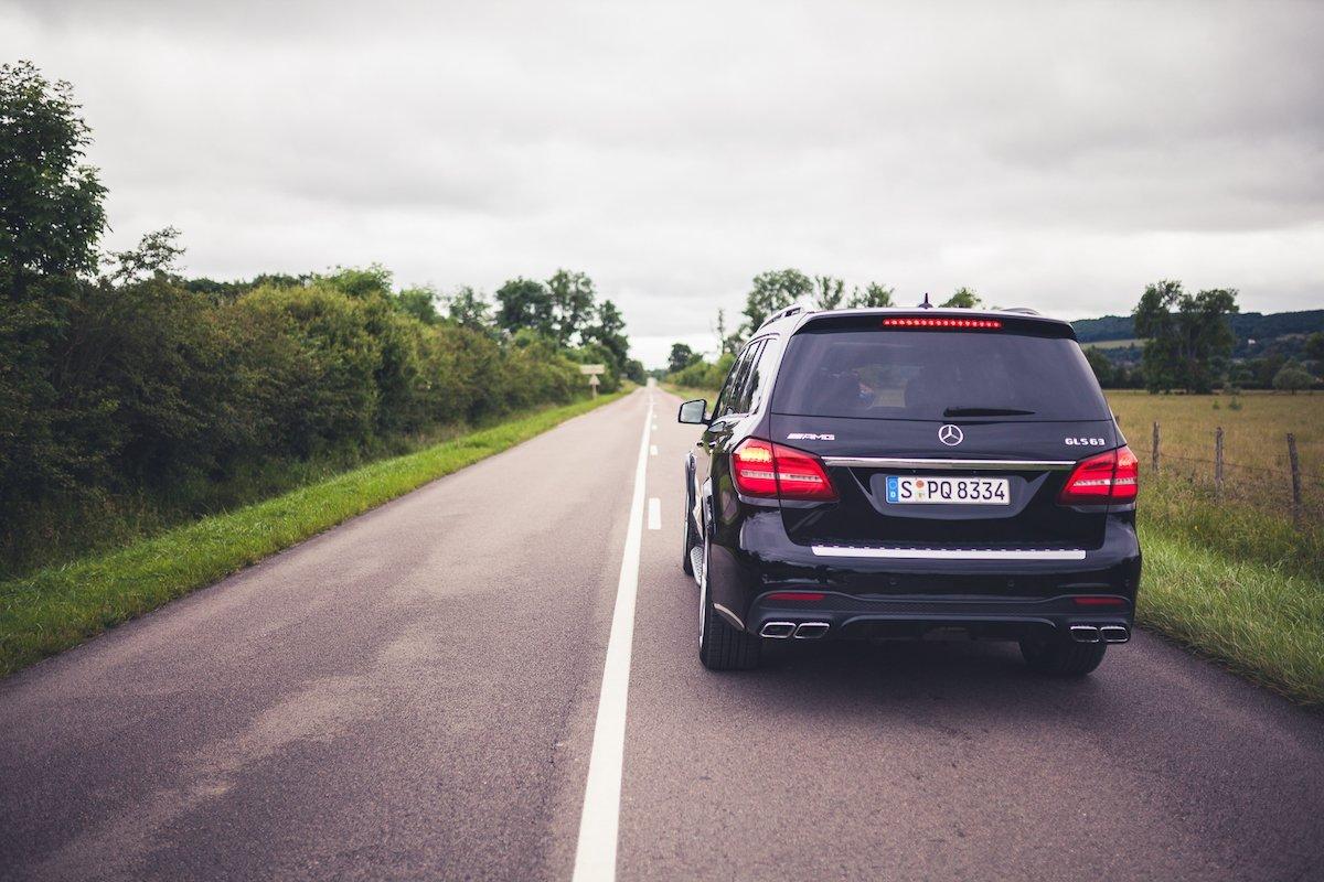 Mercedes-AMG GLS63 4MATIC Drag Race Landstraße schwarz Frankreich