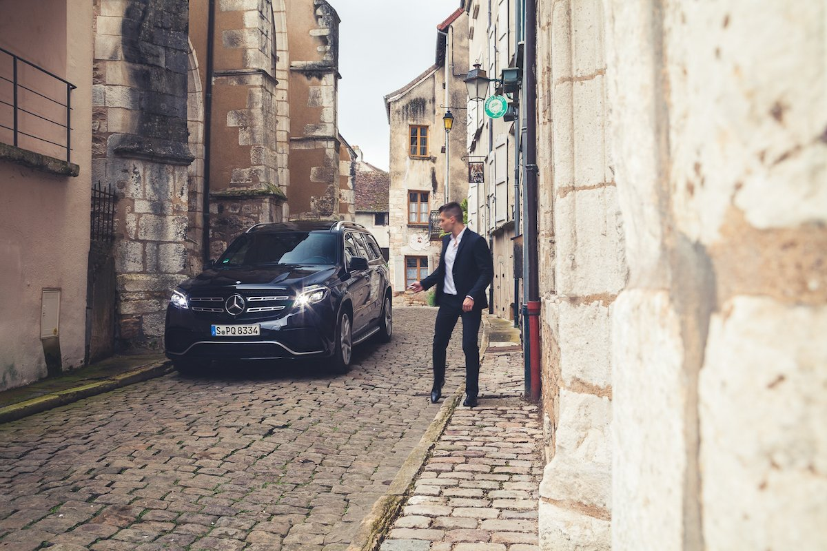 Mercedes-AMG GLS63 4MATIC Lifestyle Mode Anzug Suit Fashion Modeblogger VIP CINCQUE Altstadt Gasse Frankreich