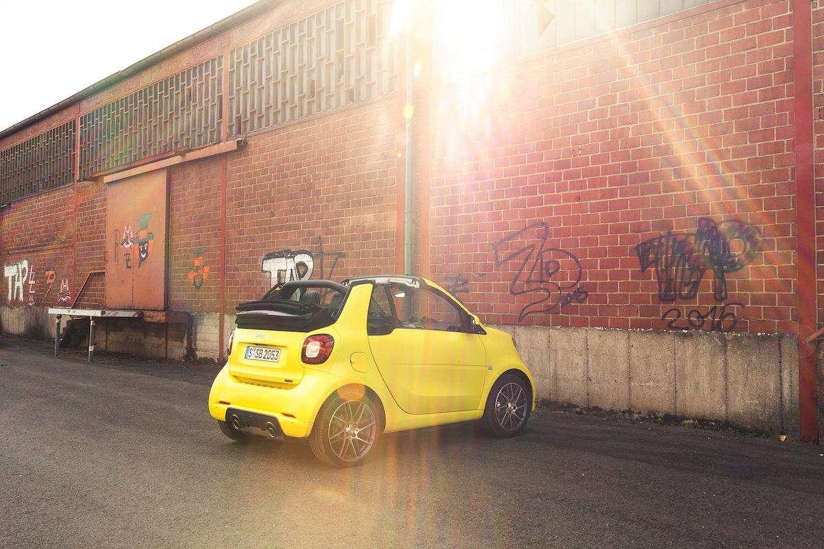 smart BRABUS fortwo cabrio felgen sunset sonnenuntergang gelb backstein fassade lagerhalle düsseldorf hafen