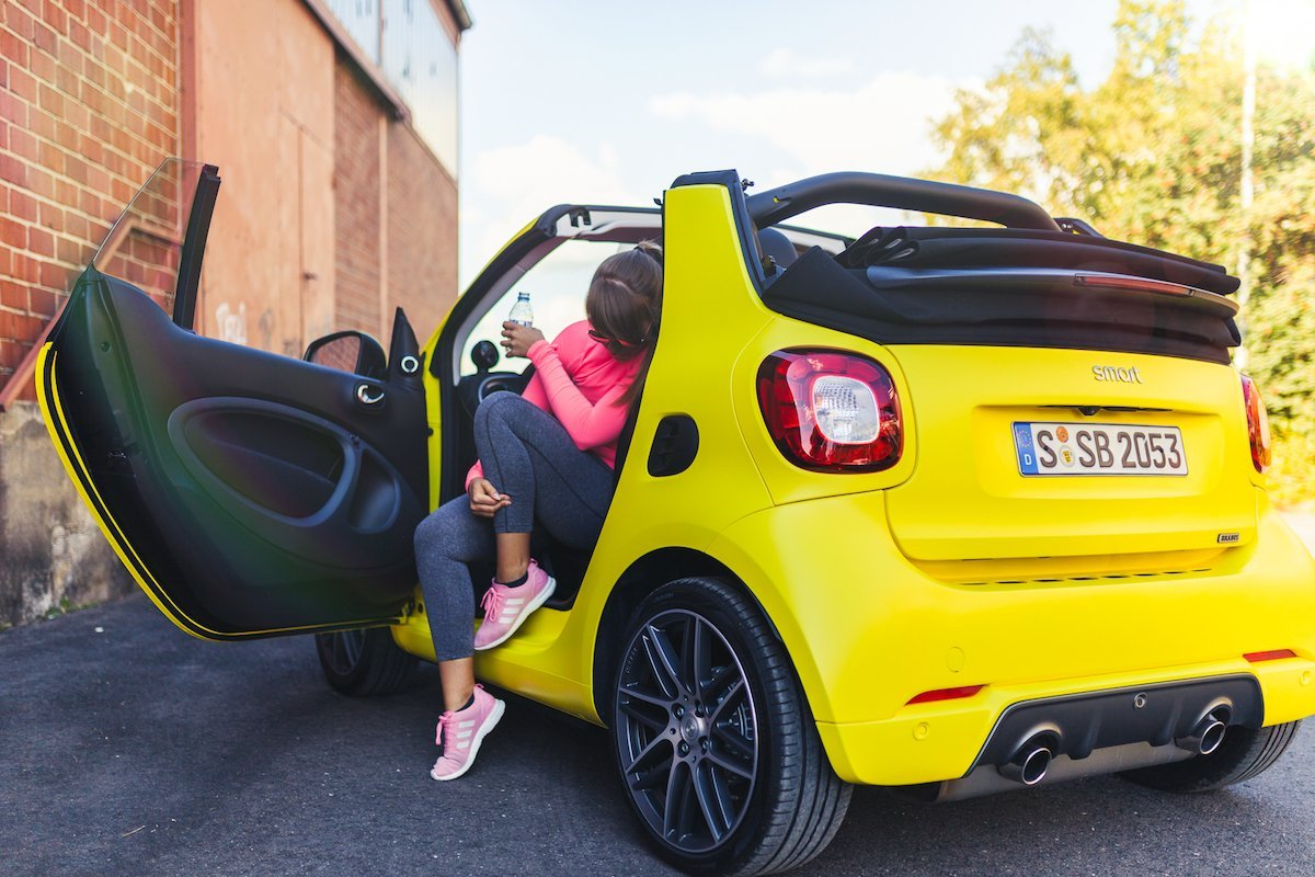 smart BRABUS fortwo cabrio 453 atomic yellow workout tür offen gelb hafen
