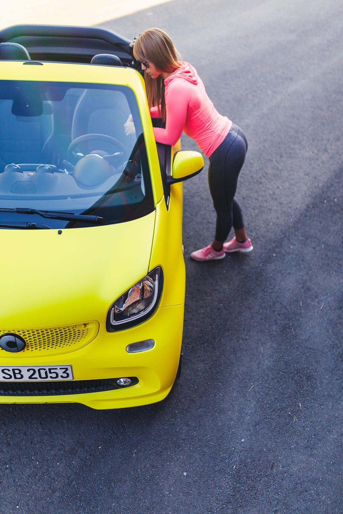 smart BRABUS fortwo 453 cabrio gelb angelehnt booty hintern sport workout front tagfahrlicht grill