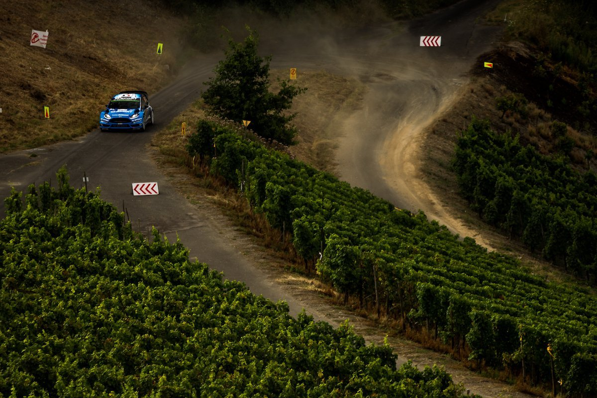 Ford Fiesta RS WRC Drohntal SS17 Wertungsprüfung Mosel Weinreben Stöcke Weinberge Landstraße Weintrauben