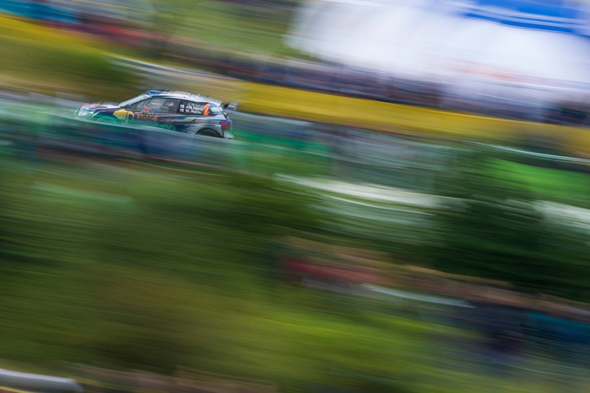 Jari-Matti Latvala VW Polo WRC Arena Panzerplatte Fahraufnahme Driving Unscharf Mitzieher Canon 400mm