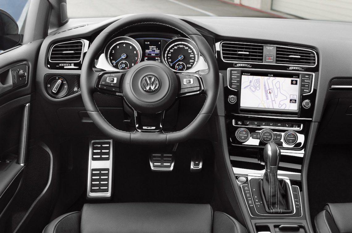 Volkswagen VW Golf R 7 Sportlenkrad Armaturen Radio DSG Interieur Interior schwarz Cockpit Fahrer