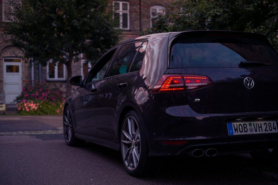 VW Golf 7 R LED Rückleuchten Doppelspeiche Felgen Auspuffanlage Endrohre Dänemark Kopenhagen Siedlung Idylle Spielstraße Kolonialhäuser Heineken Werkshäuser Dämmerung Roadtrip Urlaub