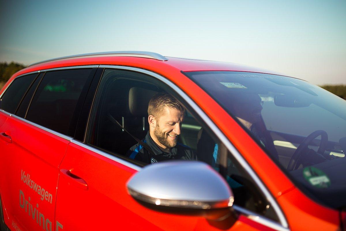 "Jakub ""Kuba"" Błaszczykowski Freude Happy Beifahrer VW Passat GTE Volkswagen Driving Experience"