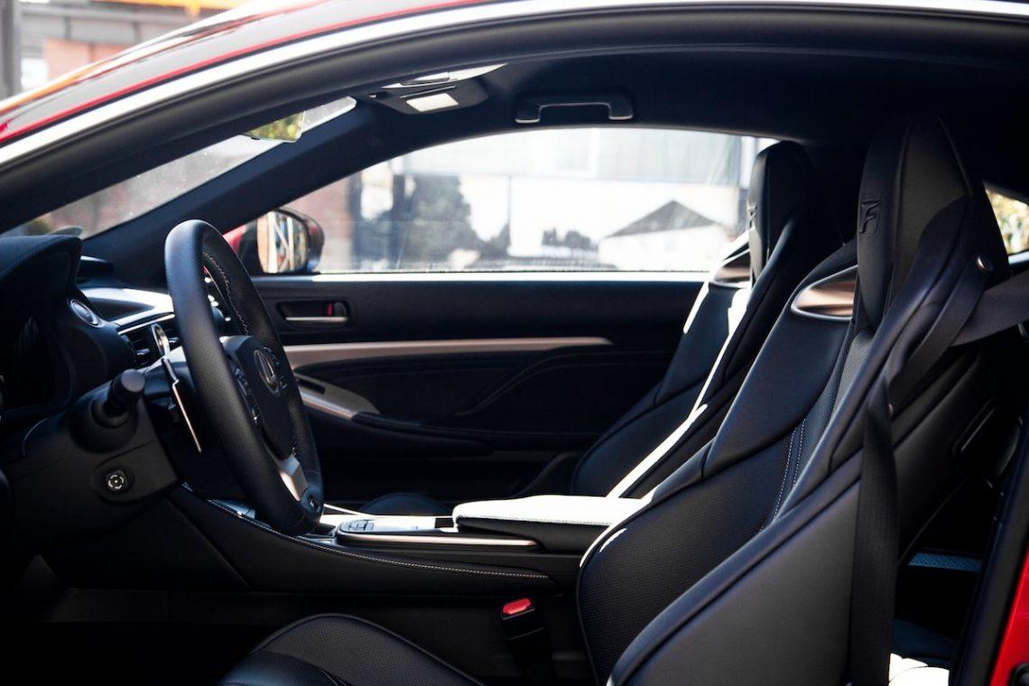 Lexus RC F Advantage Innenraum Carbon Kohlefaserverstärkter Kunststoff Ledersitze Sportsitze Lenkrad Dachhimmel Alcantara Leder Cockpit Ausstattung Fahrer