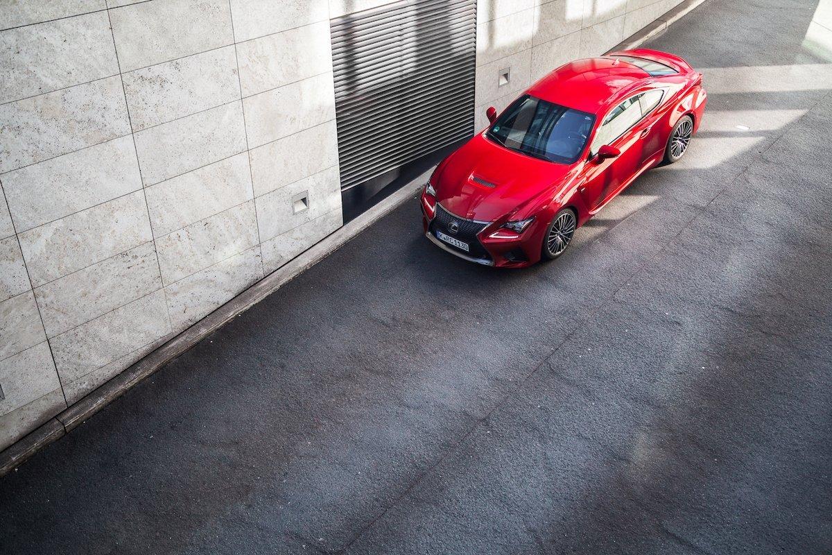 Lexus RC F Advantage Bordeaux Rot Front Rampe Scheinwerfer Schatten Sonne Düsseldorf V8 Sportwagen Coupé Adrian Bugaj abimages