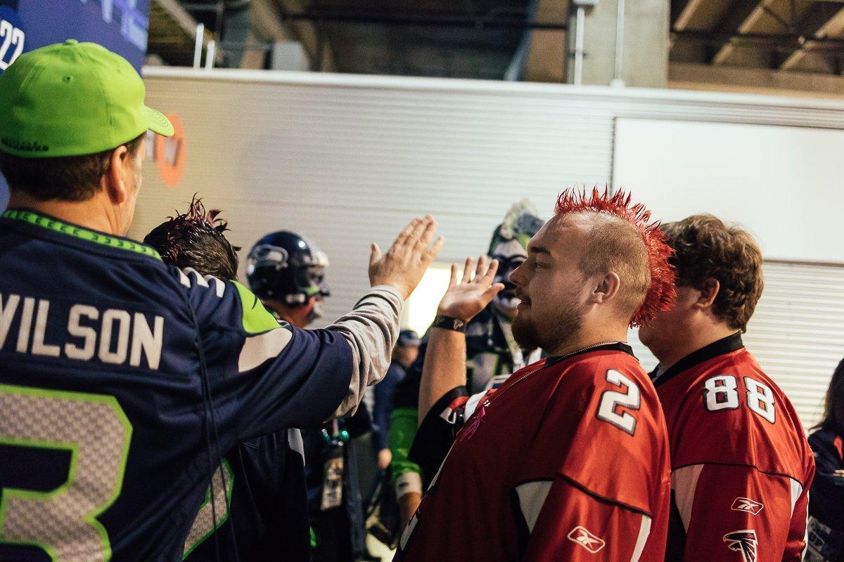 NFL Seattle Seahawks Atlanta Falcons Fan Love High Five Liebe Kein Hass Verständnis Gute Laune Freude