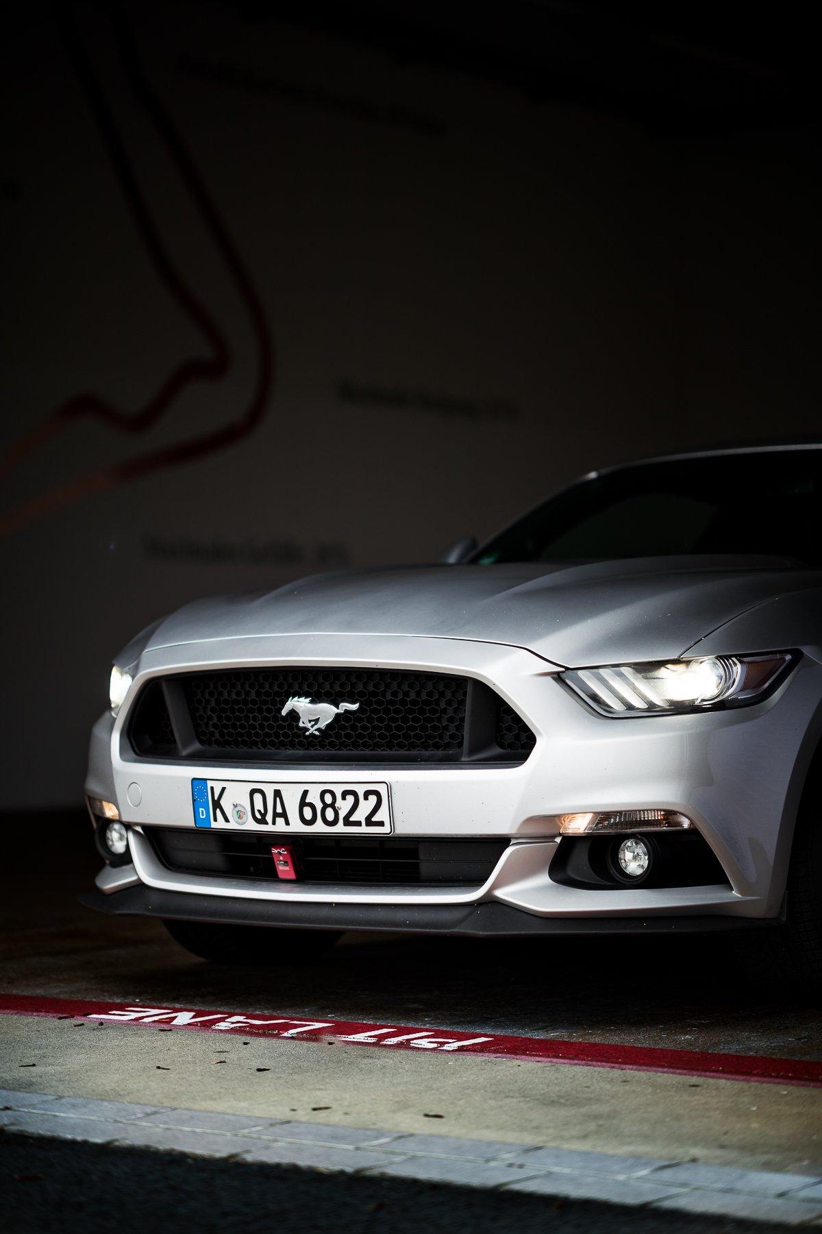 Ford Mustang GT 5.0 421 PS Bilster Berg Rennstrecke Racetrack Silber V8 Kühlergrill Aerodynamik Boxengasse Pit Lane Halle Schatten GPS Sensor