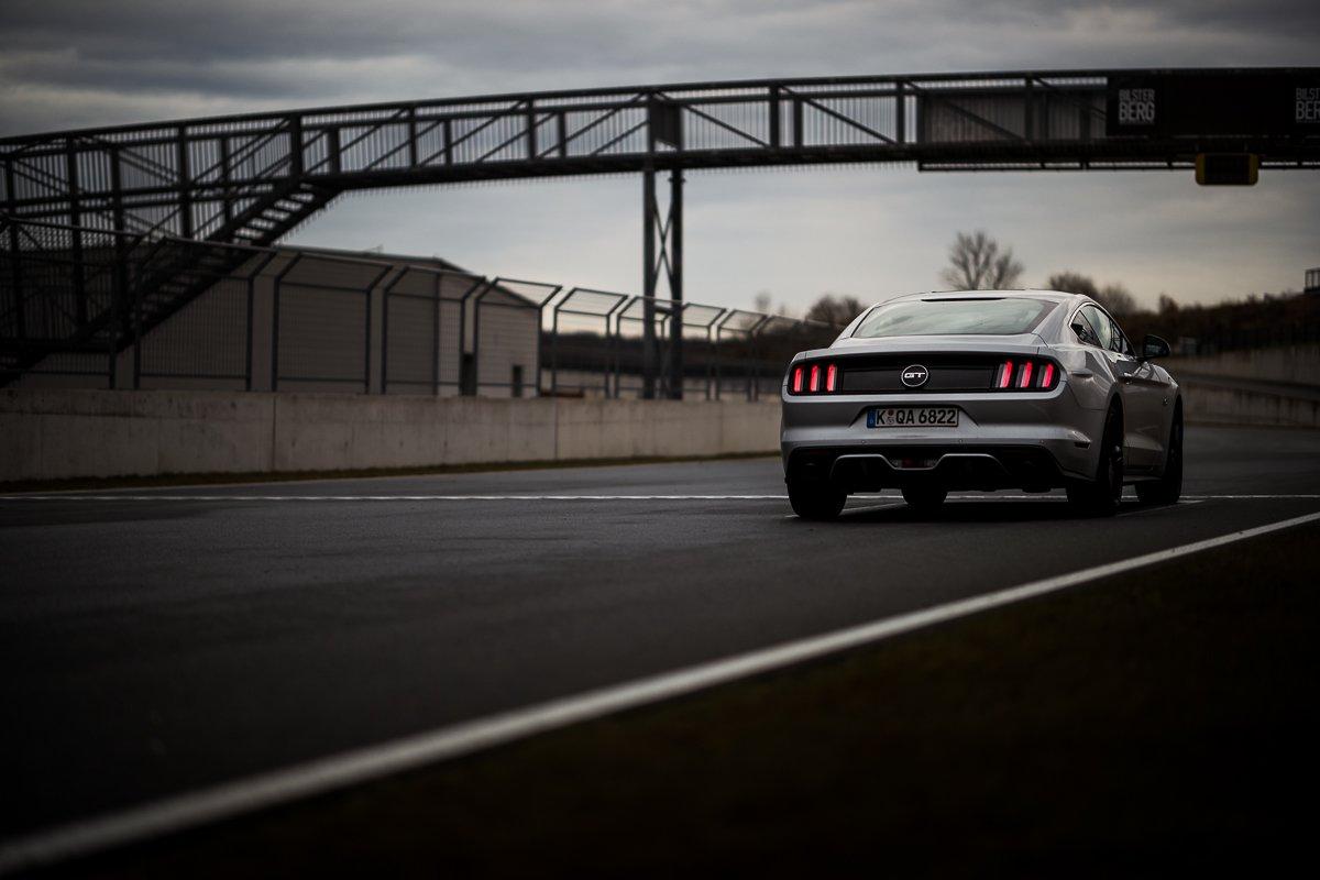 Ford Mustang GT 5.0 421 PS Bilster Berg Rennstrecke Racetrack Silber V8 Rückleuchten Bremslichter Start Ziel Gerade Nass Race Racing