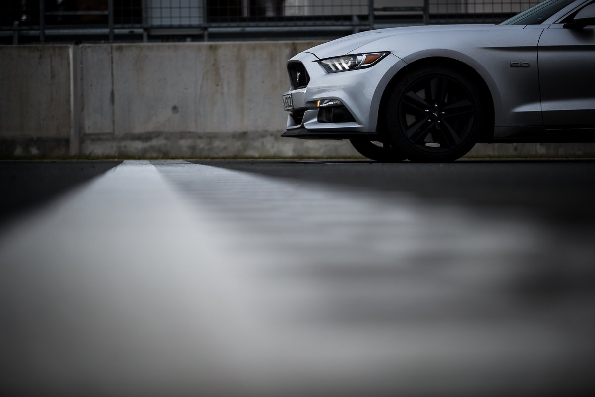 Ford Mustang GT 5.0 421 PS Bilster Berg Rennstrecke Racetrack Silber V8 Start Ziel Gerade Drag Race Frontsplitter Fahrwerk Lichter Leuchten Kühlergrill Musclecar Ponycar
