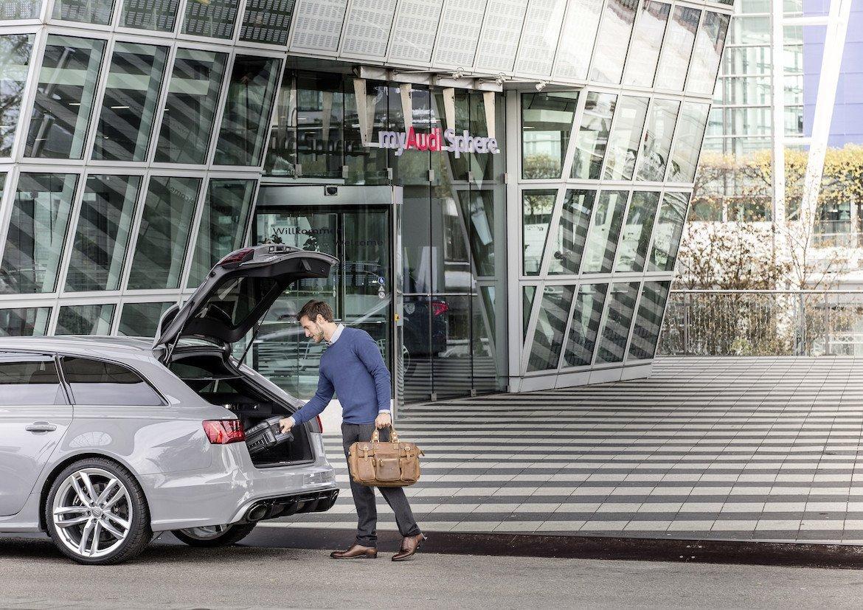 Audi on demand Premium Mobilitätsservice Mietwagen Autovermietung Airport München Flughafen Geschäftstermin Schnell Luxus Audi RS6 grau Koffer Termin Handgepäck Rent