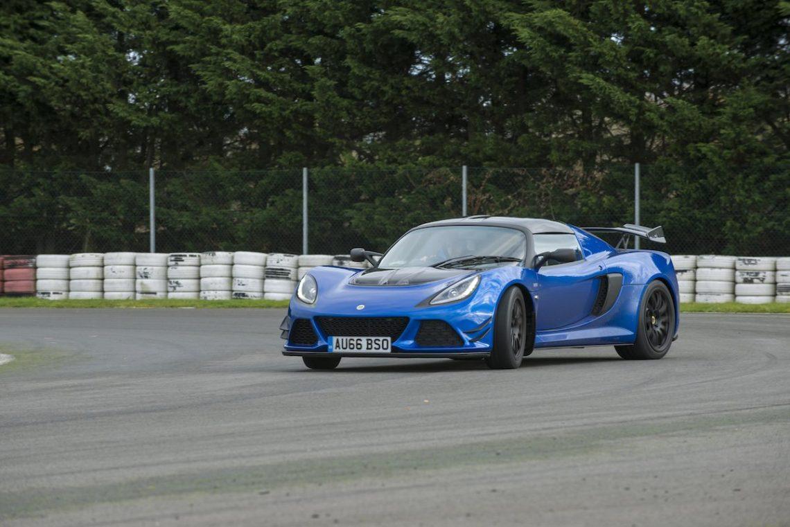 Sportwagen blau Heckspoiler Rennstrecke Reifen Drift Drifting