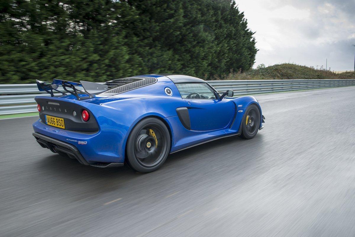 Lotus Exige Sport 380 Rennstrecke Racetrack Test Review Fahrbericht blau Sportwagen V6 Kompressor Rear Driving Shot Fahraufnahme Heck Spoiler Geschwindigkeit