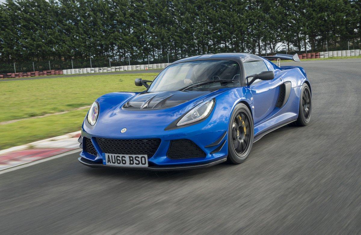 Lotus Exige Sport 380 Rennstrecke Racetrack Test Review Fahrbericht blau Sportwagen V6 Kompressor Kurvenfahrt Cornering Nahaufnahme Einlenkverhalten Seitenspiegel Carbon Lufteinlässe Kühlergrill Front Aerodynamik