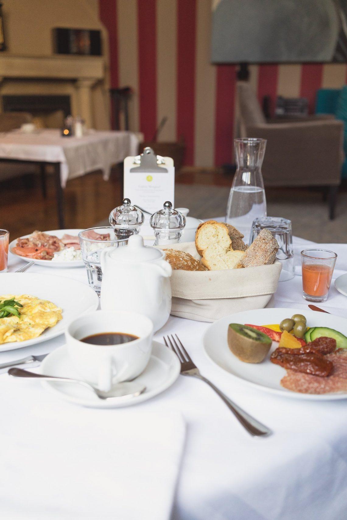 Salon Tisch Kaffee Tasse Wurst Obst Früchte Omelette Karaffe Wasser Salzstreuer Brot Glas