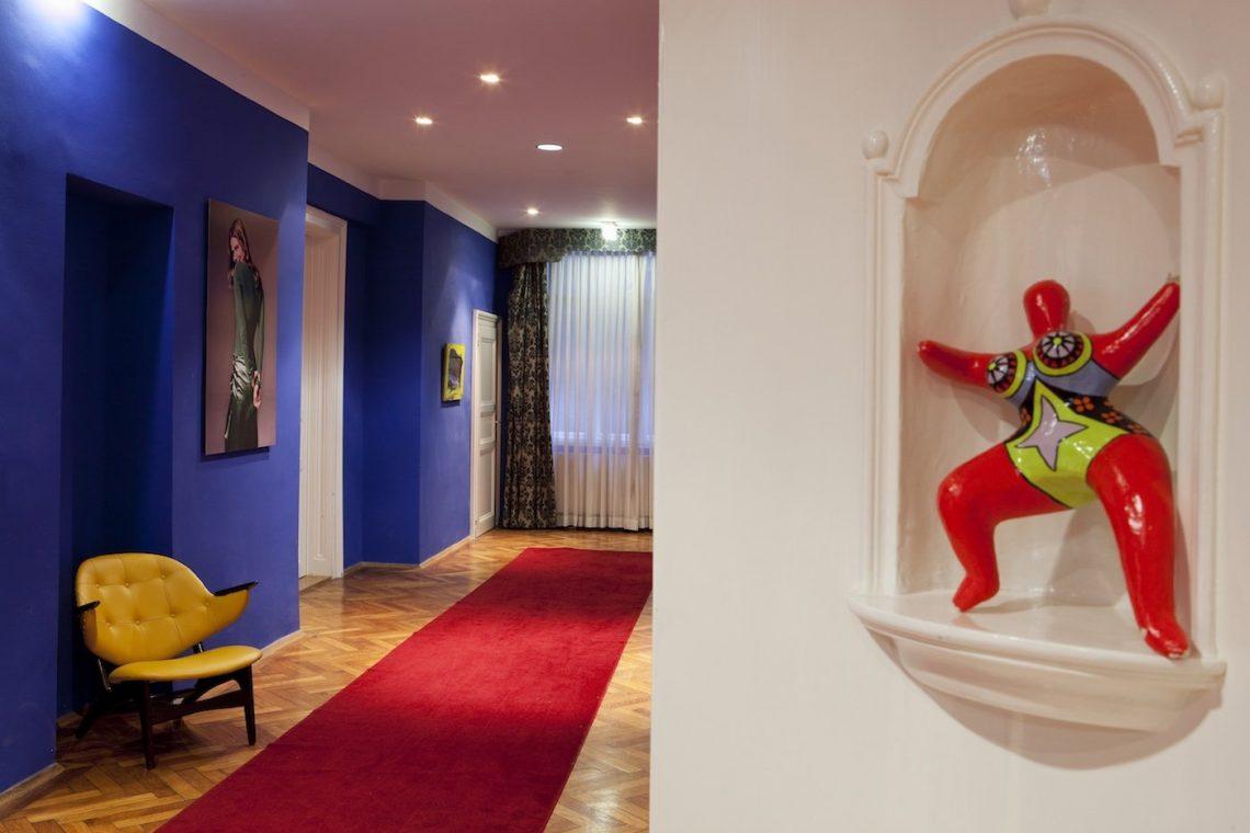 Stuhl Korridor Flur blau Gemälde Kunst Figur Teppich Parkett
