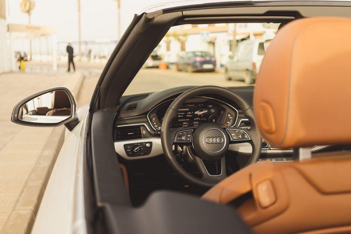 Audi A5 Cabriolet 3.0 TDI Interior Interieur braunes Leder Menschen Restaurant Strand Lifestyle Sonne