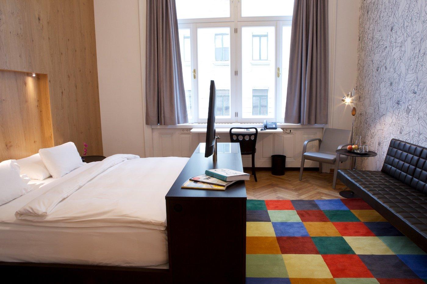 Hotel Altstadt Vienna Boutique Design Hotel Wien Bunter Teppich Zimmer Fernseher Bett Fenster Aussicht