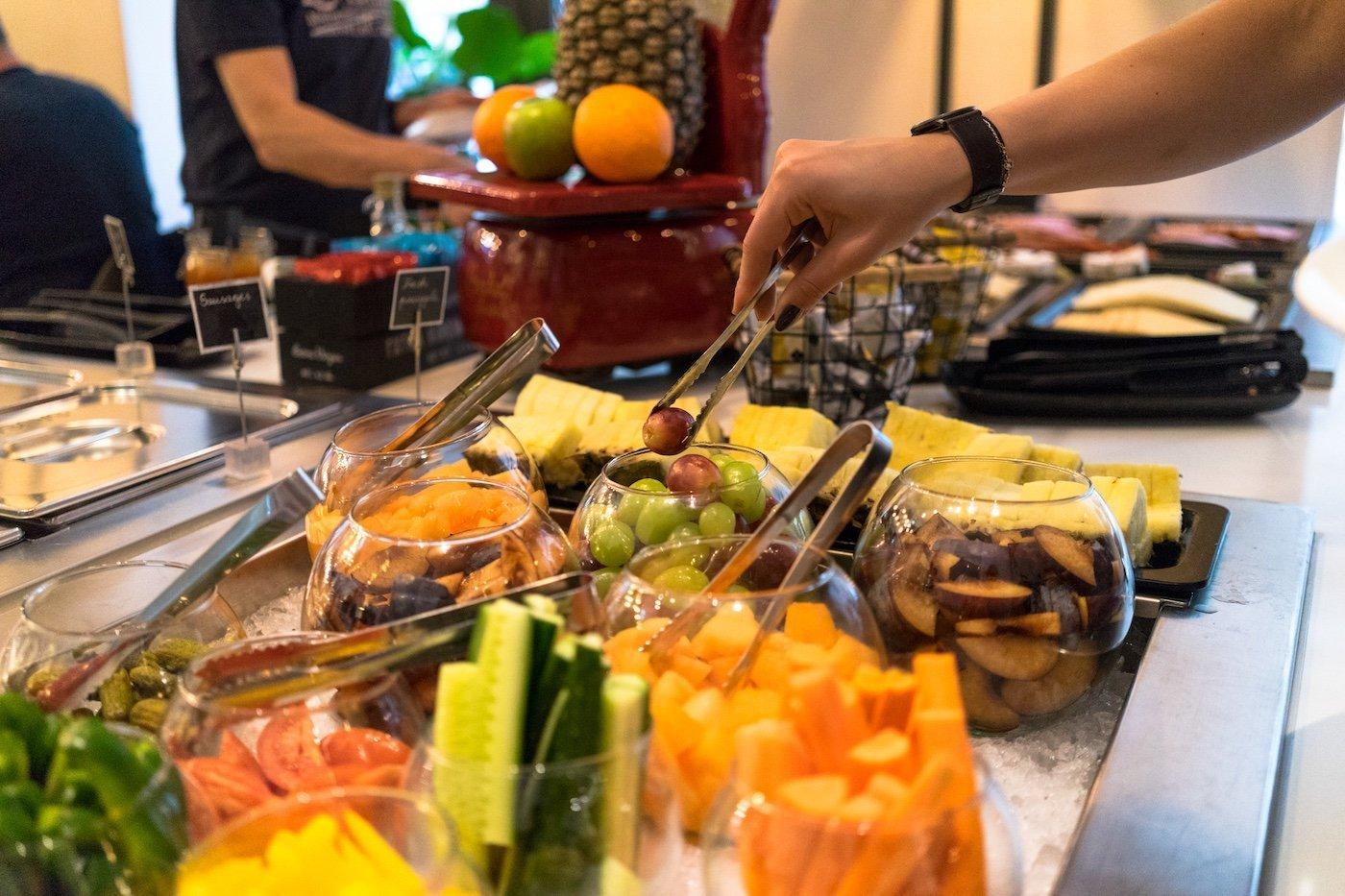 Hotel Moments Budapest 4 Sterne Andrassy Avenue Utca Einkaufsstraße Hauptstadt Ungarn Frühstücksbuffet Ananas Melonen