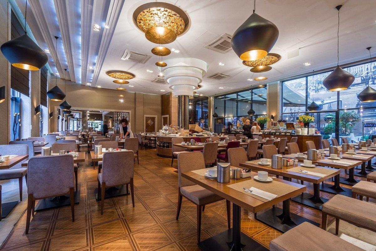 Continental Hotel Budaptest Araz Restaurant Großer Raum Beleuchtung Gold schwarz