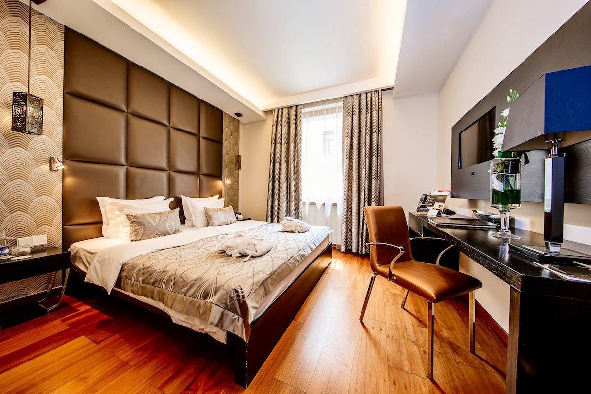 Continental Hotel Budapest Doublebed room Doppelzimmer Vorhang Licht Bett Leder