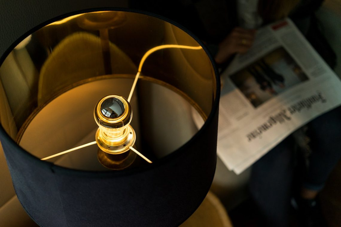 Alpiana Resort Wellness Hotel Lana Merna Südtirol Design Lampe Zeitung Sessel Lobby Gemütlich Orange