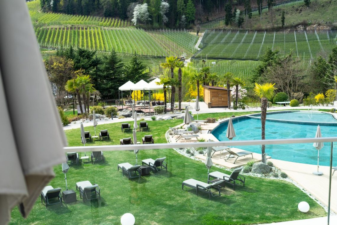 Alpiana Resort Meran Poollandschaft Liegen Wiese Weinberge Palmen