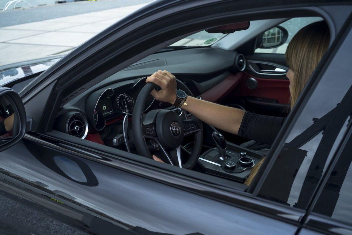 Alfa Romeo Giulia Veloce Schwarz Innenraum Lenkrad Diana Hand greift Lenkrad rot Blond Haare