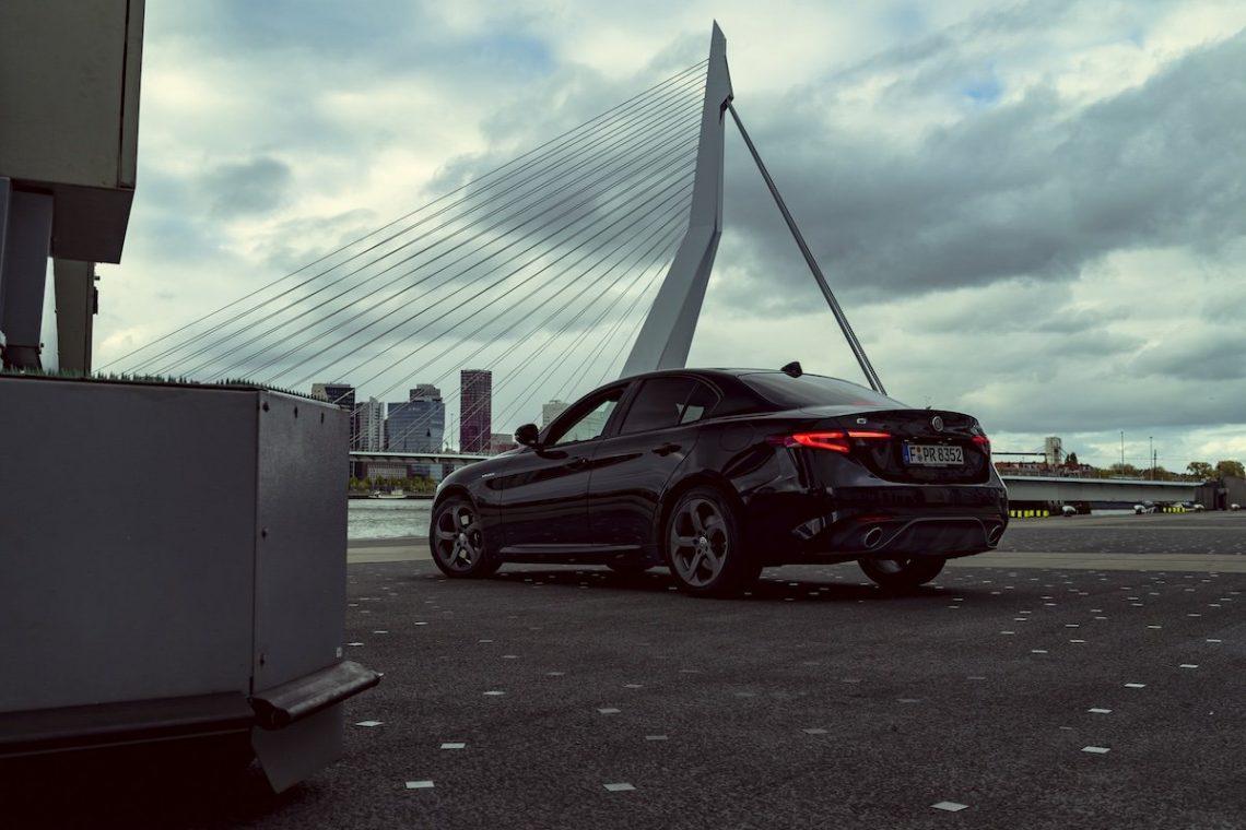 Alfa Romeo Giulia Veloce Schwarz Totale Erasmusbrücke Hafen Rotterdam Rückleuchten Auspuffrohre Limousine Felgen
