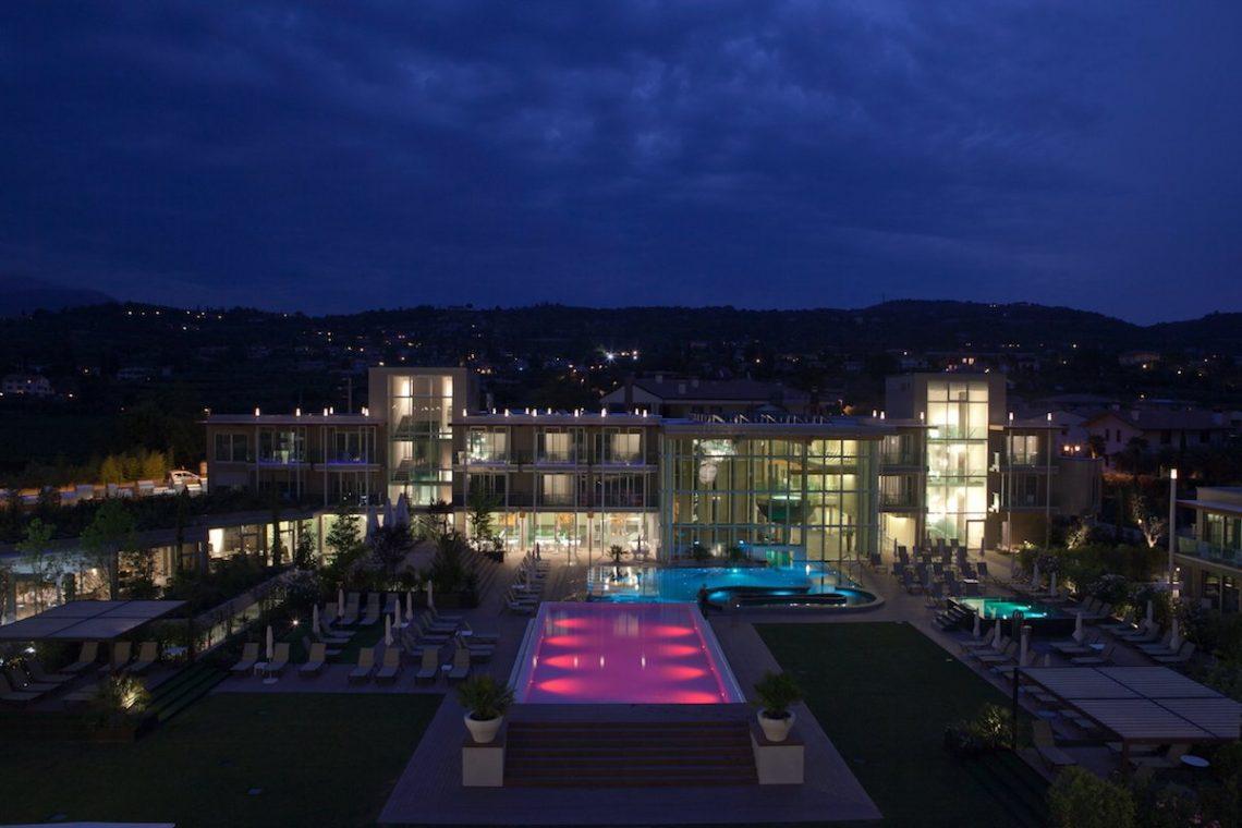 Aqualux Spa Wellness Hotel Bardolino Nachtaufnahme Pools Garten Beleuchtung