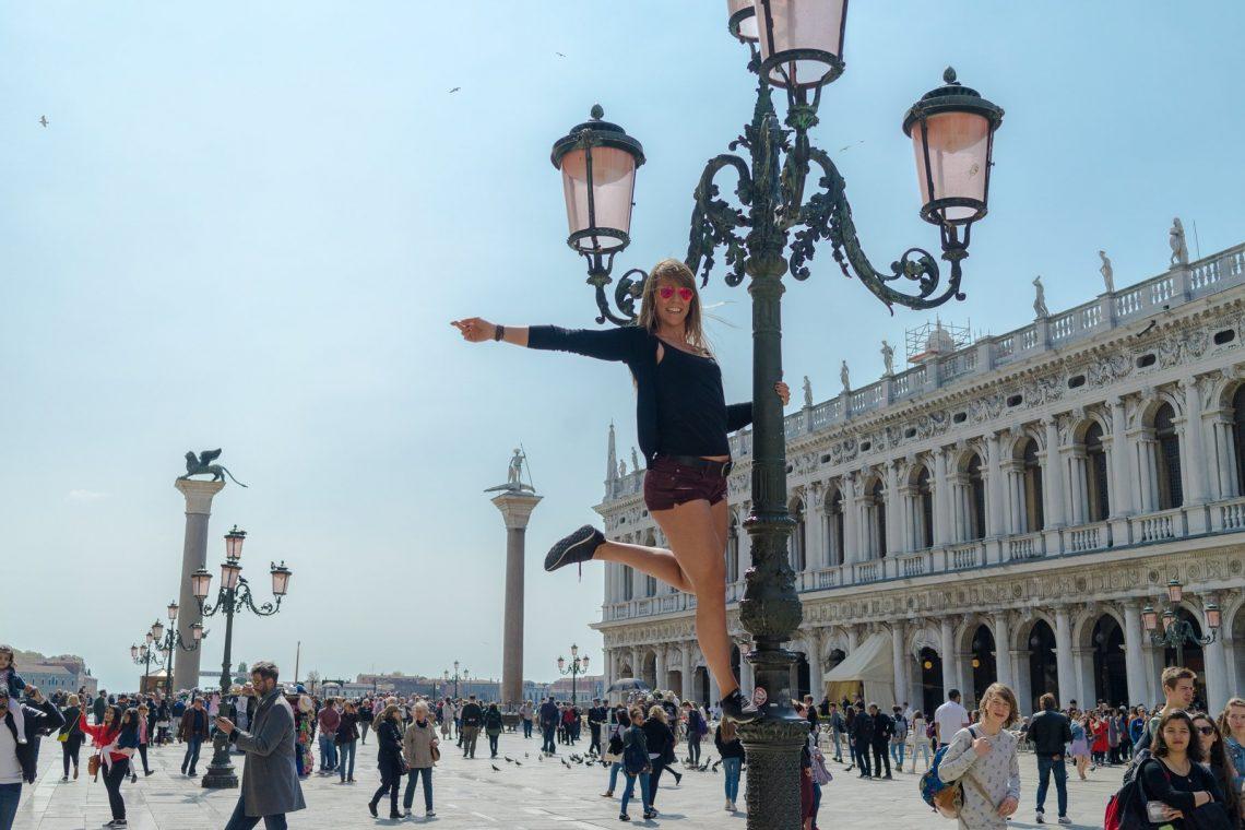 Venedig Venezia Venice Italien Romantik Romance Romantisch Urlaub Lifestyle Markusplatz Laterne Touristen Sightseeing Abspacken Figur Arm rausgestreckt Bein angewinkelt adidas Rayban