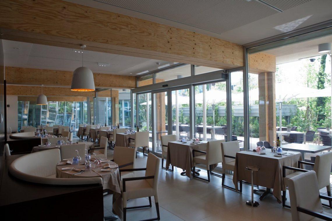 Aqualux Spa Wellness Hotel Bardolino Evo Restaurant Stühle Tische Lampen Garten Restaurant