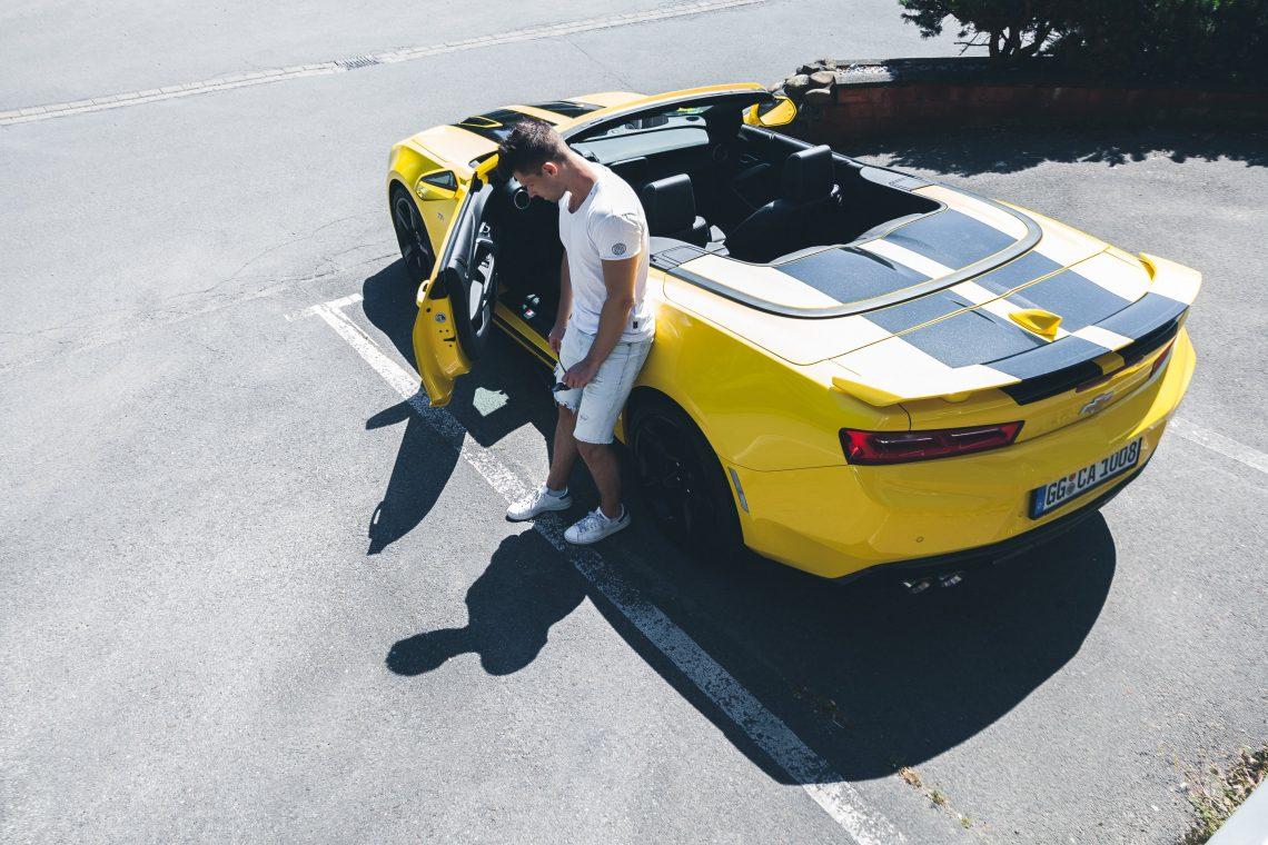Musclecar Heckspoiler Mann Shorts T-Shirt Parkplatz Asphalt gelb schwarz