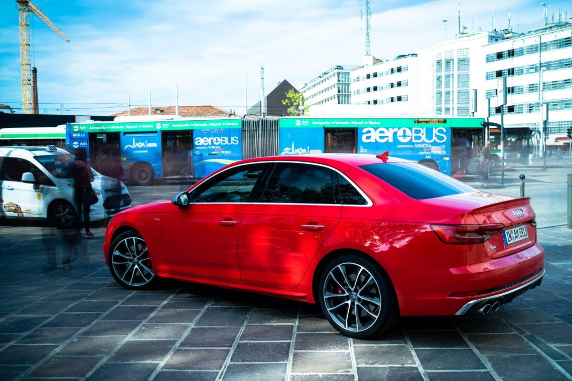 Audi S4 Limo misanorot Venedig Piazzale Roma Bus Fußgänger Langzeitbelichtung
