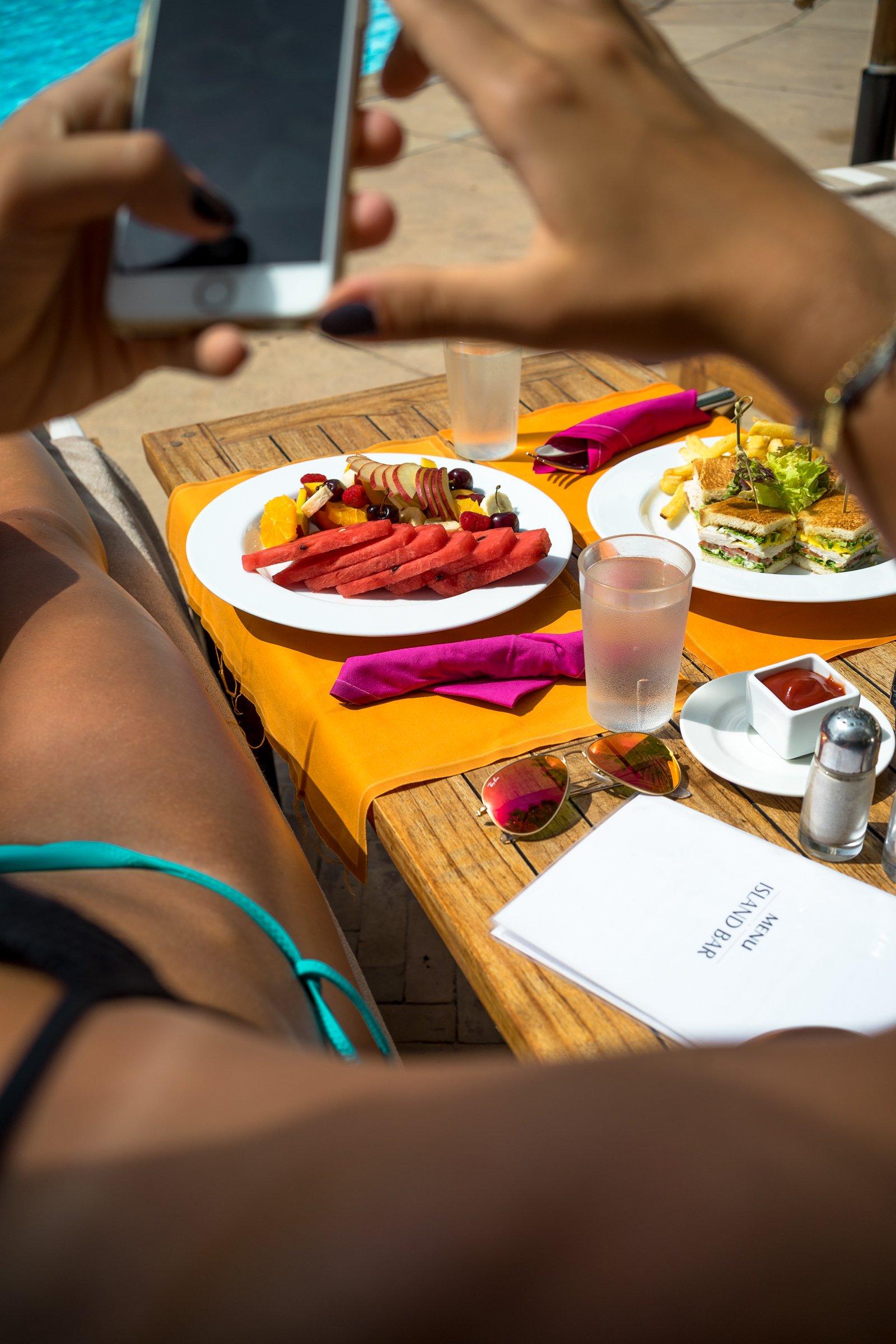 Es Saadi Palace Garden Resorts Island Bar Pool Früchteteller Clubsandwich Fries iPhone Bikinihöschen türkis Tisch