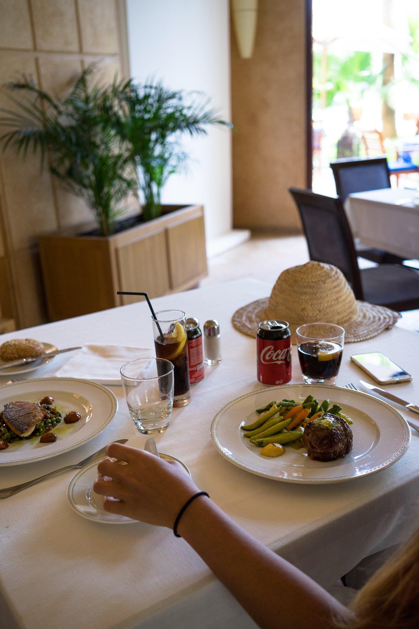 Es Saadi Palace Garden Resorts Lagon Jardin Restaurant Entrecote Fisch Strohhut Cola Arm